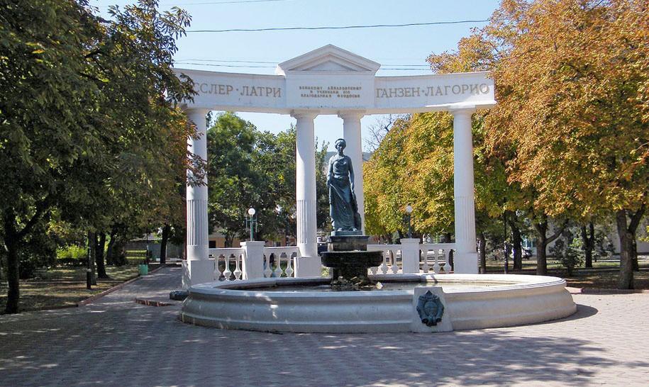 Фонтан-памятник «Доброму Гению», Феодосия
