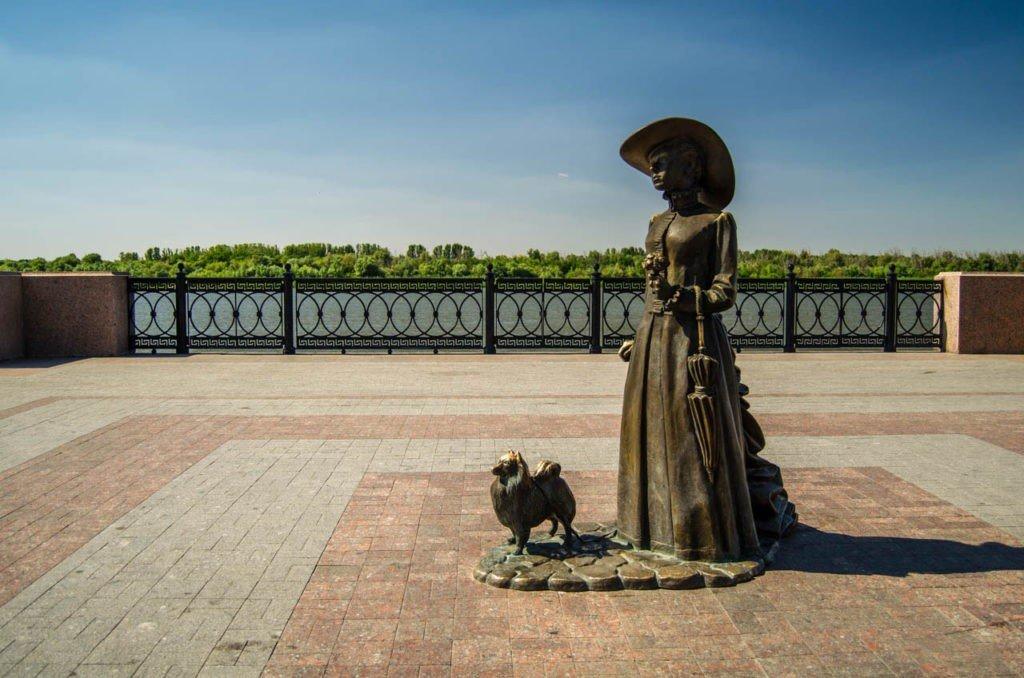 """Скульптура """"Дама с собачкой"""", Астрахань"""