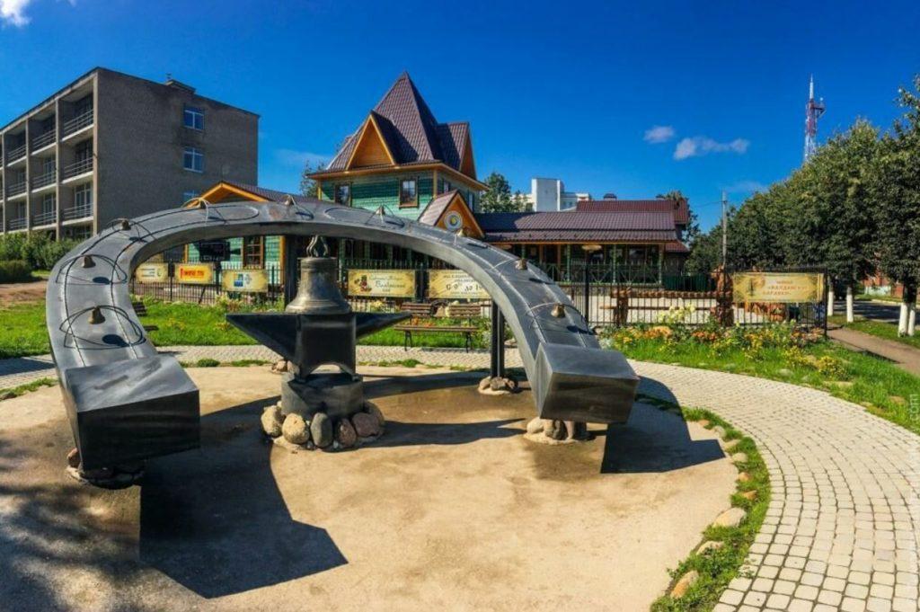 Памятник мастерам колокольных дел и кузнецам, Валдай