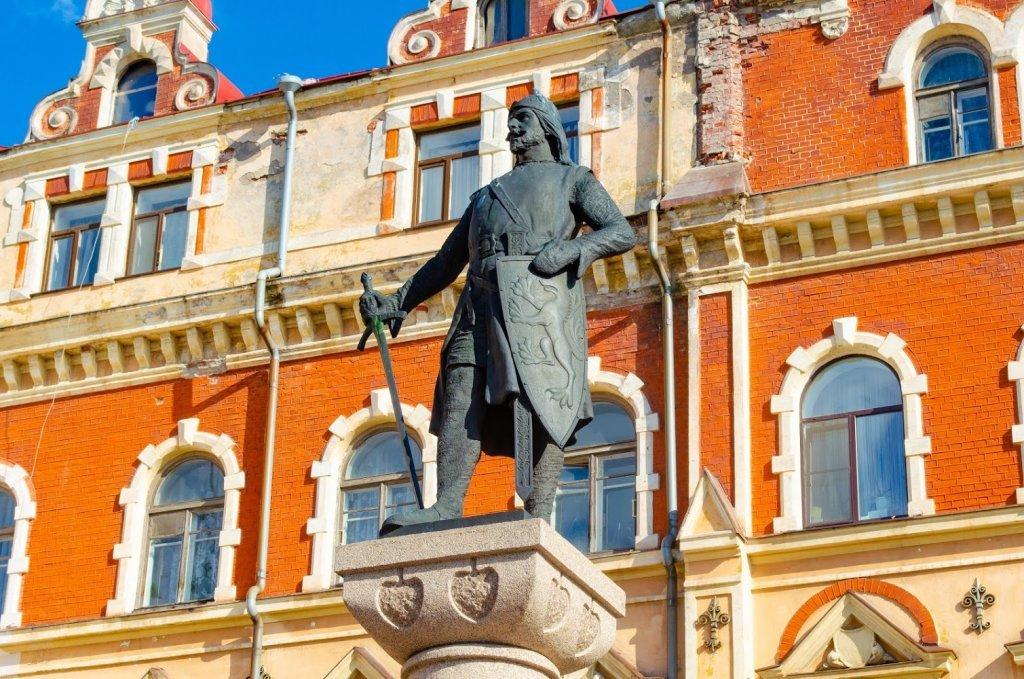 Старая Ратуша и памятник Торгильсу Кнутссону